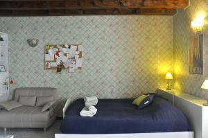 A bed or beds in a room at Cozy Studio with Terrace Guglie