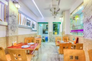 A restaurant or other place to eat at Treebo Trend Natraj Yes Please