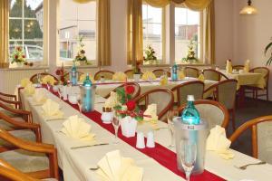 Ein Restaurant oder anderes Speiselokal in der Unterkunft Hotel ELBRIVERA Alt Prester