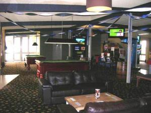 The lounge or bar area at Overlander Hotel Motel