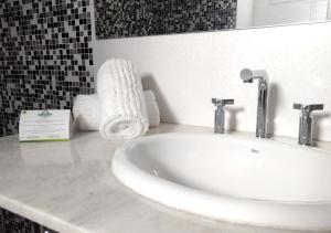 A bathroom at Days Inn & Suites by Wyndham La Plata