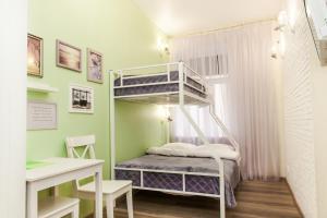 A bunk bed or bunk beds in a room at Le jour et La nuit