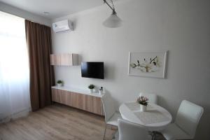 Телевизор и/или развлекательный центр в Apartment on Medovaya