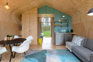 A seating area at Stayokay Hostel Dordrecht - Nationaal Park De Biesbosch