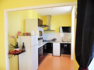 Cuisine ou kitchenette dans l'établissement Les Gîtes de La Fontaine
