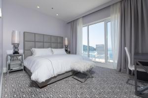 Łóżko lub łóżka w pokoju w obiekcie Royal Palm Hotel