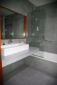 Un baño de Hotel Torre Del Conde