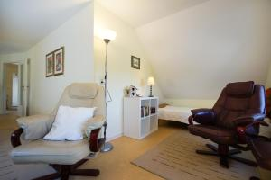 Ein Sitzbereich in der Unterkunft Ferienwohnungen auf dem Carlshof in Jork - Altes Land