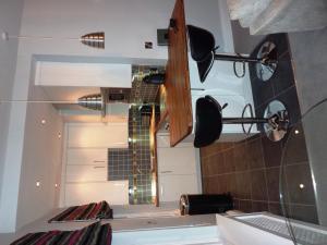 A kitchen or kitchenette at Hewlett Apartments