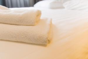 Een bed of bedden in een kamer bij Beach Hotel Katwijk