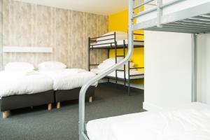 Een stapelbed of stapelbedden in een kamer bij Beach Hotel Katwijk