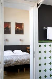 A bed or beds in a room at Hotel La Royale