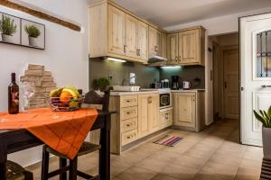 A kitchen or kitchenette at Akrolithos Apartments
