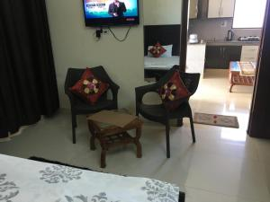 A seating area at Valley view Barog