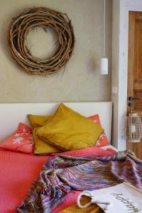 A bed or beds in a room at La Vagabonde