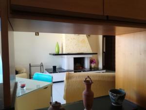 A kitchen or kitchenette at Residenza Caserta Sud - Appartamento con giardino