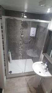 A bathroom at Glan-Neigr Bar