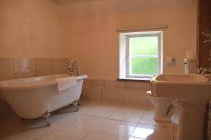 A bathroom at Saplinbrae Hotel and Lodges