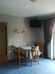 Telewizja i/lub zestaw kina domowego w obiekcie Apartamenty Dom nad Jeziorem