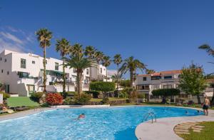 Het zwembad bij of vlak bij Apartamentos Los Rosales