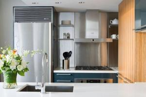 A kitchen or kitchenette at L'Hermitage Hotel