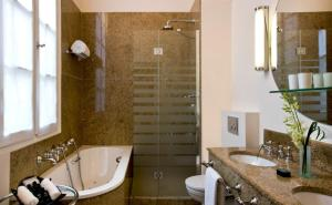 A bathroom at Hôtel D'Aubusson