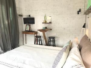 Ein Bett oder Betten in einem Zimmer der Unterkunft Lighthouse Cottage 1 @ TanjungRhuVillage