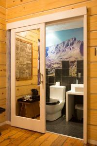Een badkamer bij Daddy Long Legs Art Hotel