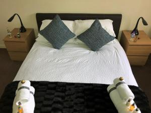 A bed or beds in a room at Castle Gait, Paisley
