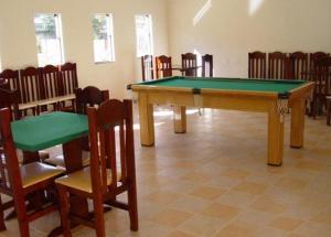 A pool table at Hotel Portal de Barequeçaba