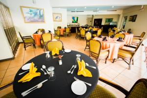 A restaurant or other place to eat at Altamont Court Hotel