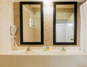 A bathroom at Altamont Court Hotel