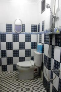 A bathroom at Kurnia Homestay