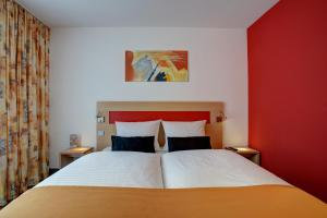A bed or beds in a room at Centro Hotel Nürnberg