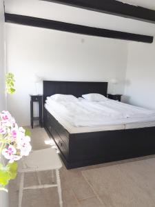 A bed or beds in a room at Gårdshotellet