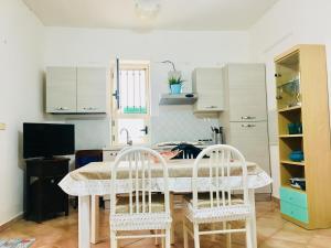 A kitchen or kitchenette at Appartamento sul mare