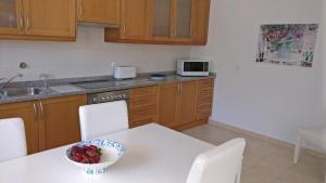 A kitchen or kitchenette at Sesimbra Oasis Apartment