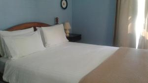 A bed or beds in a room at Whitsunday Cane Cutters Cottage