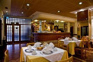 Un restaurante o sitio para comer en Hotel Castilla