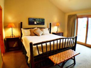 A bed or beds in a room at Mountain Lake Lodge