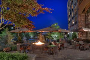 A restaurant or other place to eat at Courtyard by Marriott Pigeon Forge