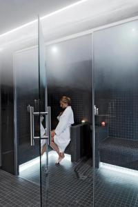 Een badkamer bij Hôtel Saint-Pétersbourg Opéra & Spa