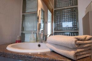 A bathroom at Bellevue Maison de Greunebennet