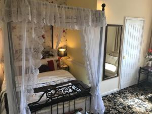 A bed or beds in a room at Englands Rose