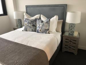 A bed or beds in a room at Arena, Unit A1205/75 Shortland Esplanade