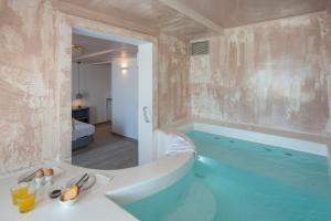 A bathroom at Villa Galinia