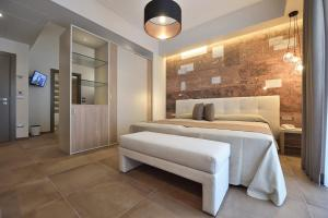 A bed or beds in a room at Hotel Pietra di Luna