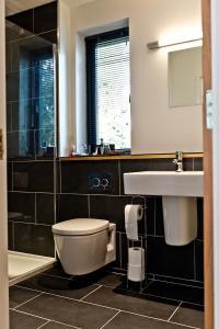 A bathroom at The Cedars Bed & Breakfast