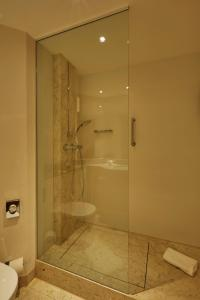 A bathroom at H4 Hotel Hannover Messe