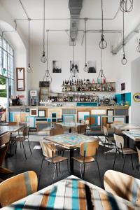 A restaurant or other place to eat at Madama Hostel & Bistrot
